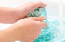 چگونه لوازم آرایشی را از روی لباس ها پاک کنیم